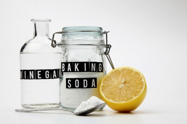 unclogging_a_drain_with_vinegar_and_baking_soda_l8